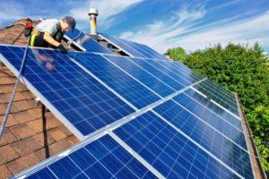 Jorge Febrero instalando paneles solares en Alicante